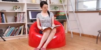 椅子に座り本を読む
